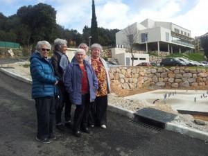 Les coquelicots devant les fondations deleurs futures maisons.